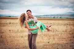Amour et affection entre un jeune couple Photos stock