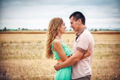 Amour et affection entre un jeune couple Photographie stock