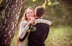 Amour et affection entre un jeune couple Photos stock