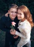 Amour et affection entre un jeune couple Images stock