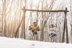 Amour et amusement dans la neige Photographie stock libre de droits