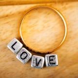 Amour et anneau d'or Image stock