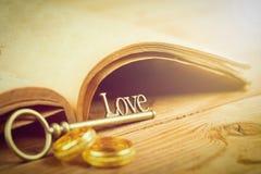 Amour et bague de fiançailles principaux Images libres de droits