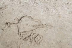 Amour et baisers de flèche de coeur de sable de plage Images libres de droits