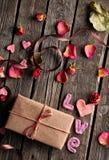 Amour et boîte-cadeau de Word Photos stock