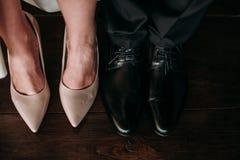 Amour et bonheur le jour du mariage Le plan rapproché du ` s de jeune mariée et les pieds du ` s de marié et les chaussures et le Photos stock