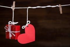 Amour et cadeau de coeur sur la corde à linge Photographie stock libre de droits