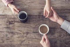Amour et café sur la table en bois Image stock