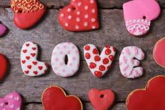 Amour et coeur. Beaux gâteaux sur une table en bois Image libre de droits