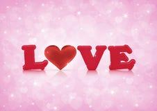 Amour et coeur rouge de tissu sur le bokeh rose de coeur Photos libres de droits