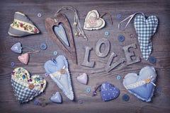 Amour et coeurs en bois de lettres Image libre de droits