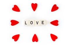Amour et coeurs rouges d'isolement sur le fond blanc Photos stock
