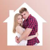 Amour et concept à la maison - jeune homme et femme dans le cadre de maison Images libres de droits