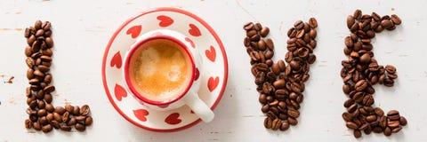Amour et concept de café - écrit avec des haricots Photo libre de droits