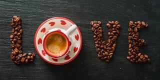 Amour et concept de café - écrit avec des haricots Photo stock