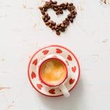 Amour et concept de café - forme de coeur avec des haricots Photographie stock