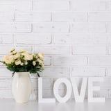 Amour et concept de jour du ` s de valentine - lettres en bois formant le mot L Images stock