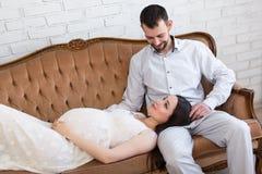 Amour et concept de la famille - jeune beau couple enceinte sur le vin Photographie stock