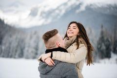 Amour et concept de personnes - étreindre de couples Image stock