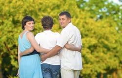 Amour et concepts et idées de tendresse Famille caucasienne du temps trois passant ensemble Images libres de droits