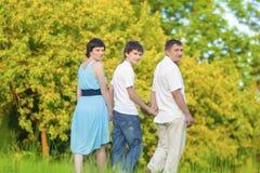 Amour et concepts et idées de tendresse Famille caucasienne du temps trois passant ensemble embrassé en parc d'été Image stock
