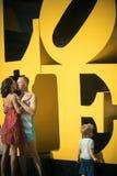 Amour et confiance comme valeurs familiales Enfant avec embrasser le père et la mère Famille heureuse avec l'enfant le jour de mè Photographie stock libre de droits