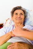 Amour et confiance de soin pour des aînés Photo libre de droits