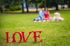 Amour et couples de Tablette sur l'herbe Photos stock