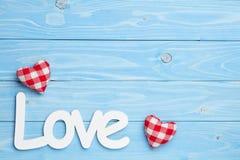 Amour et deux coeurs sur le fond bleu Images stock