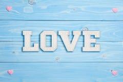 Amour et deux coeurs sur le fond bleu Photographie stock