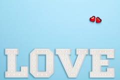 Amour et deux coeurs sur le fond bleu Image libre de droits