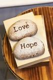 Amour et espoir gravés sur des pierres Photo stock