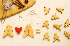 Amour et famille des biscuits sur la table pour la cuisson Le concept Image libre de droits