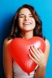 Amour et femme de jour de valentines jugeant le sourire de coeur mignonne et l'agitation Photographie stock