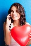 Amour et femme de jour de valentines jugeant le sourire de coeur mignonne et l'agitation Photographie stock libre de droits