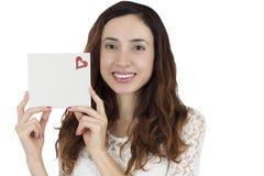 Amour et femme de jour de valentines montrant une carte vierge de signe Images stock