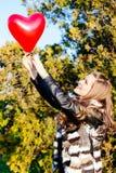 Amour et femme de jour de valentines tenant le coeur Image libre de droits