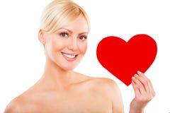 Amour et femme de jour de valentines tenant le coeur Images libres de droits