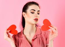 Amour et femme de jour de valentines tenant des coeurs Images libres de droits
