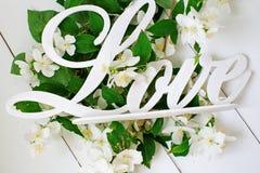 Amour et fleurs blanches Image libre de droits