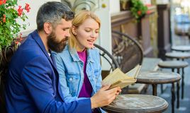 Amour et flirt Les couples flirtant la date romantique ont lu le livre Intérêts communs Datte romantique Les couples dans l'amour image stock