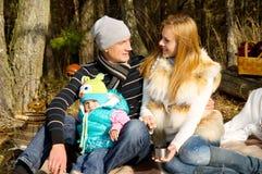 Amour et harmonie, famille heureuse sur la nature Image stock