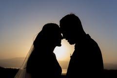 Amour et jeune mariée et marié et cher et mariage et réunion Image libre de droits