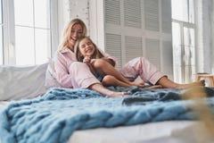 Amour et joie Belle jeune mère embrassant sa fille et Photo stock