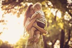 Amour et offre de part Mère et bébé Image libre de droits
