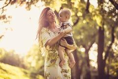 Amour et offre de part Mère et bébé Photo stock