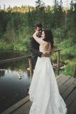 Amour et passion - le baiser de jeunes couples mariés de mariage s'approchent du lac Photo libre de droits
