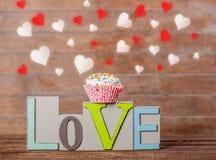 Amour et petit gâteau des textes avec des formes de coeur Photographie stock libre de droits