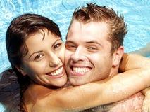 Amour et piscine. Images libres de droits