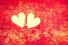 Amour et romance Symboles de l'amour - coeurs sur le fond rouge abstrait Photographie stock libre de droits